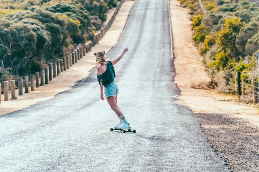 femeie pe drum