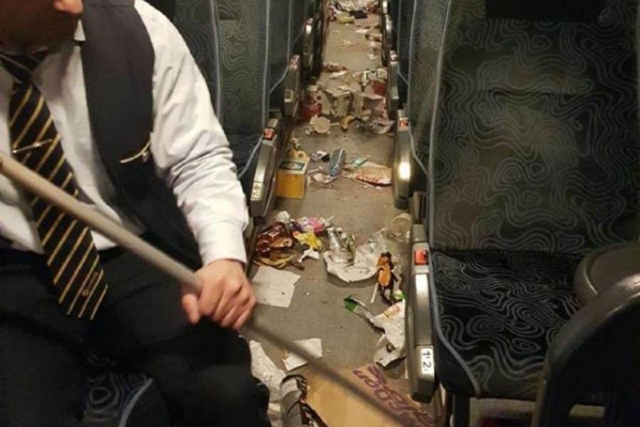 Autocarul cu gunoi