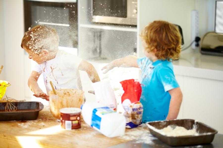 Copii, bătându-se cu făină
