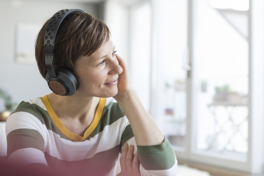 Femeie ascultând la căști
