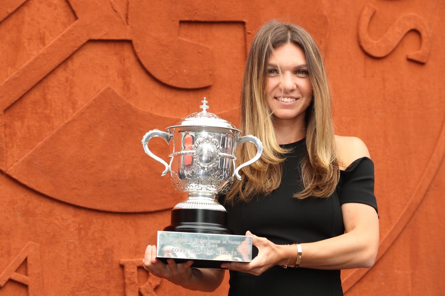 Simona Halep cu trofeul Roland Garros