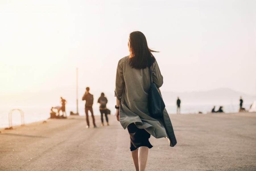 Femeie cu spatele