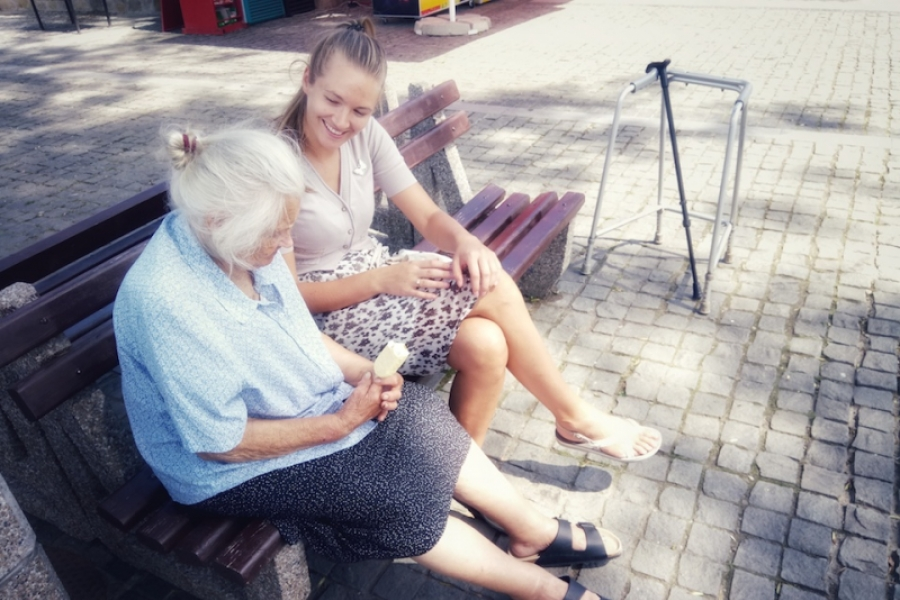 Buni și nepoata