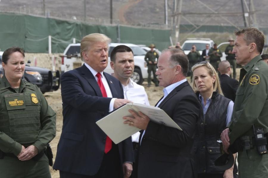 Trump și zidul