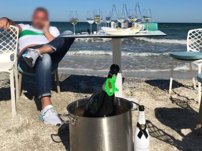 Șampanie pe plaja