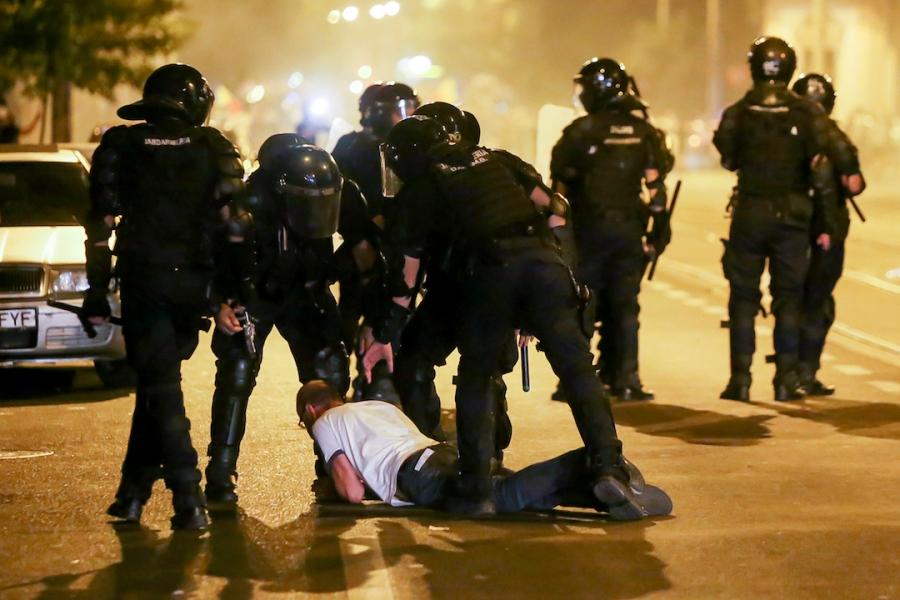 Jandarmi barbat intins pe asfalt