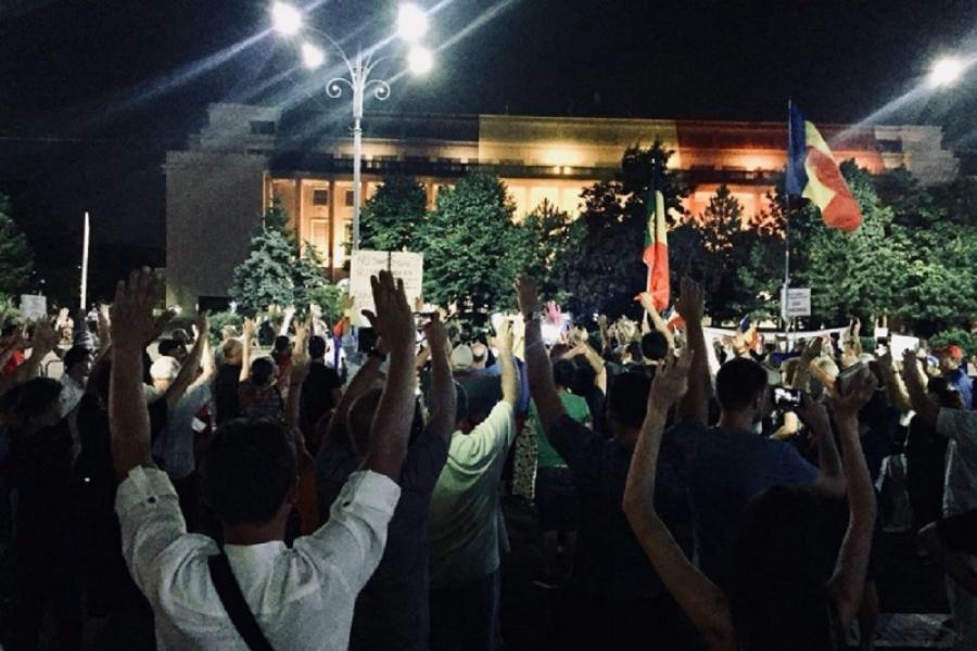 Protest cu mâinile sus 17 august (Foto: Facebook/Ioana Ciurlea)