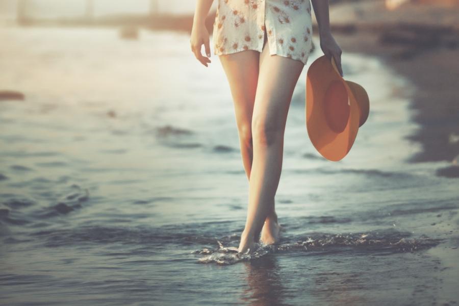 Femeie la malul mării