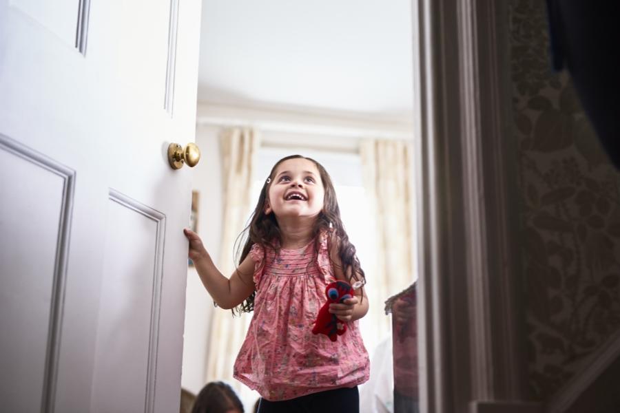 Fetiță deschizând ușa