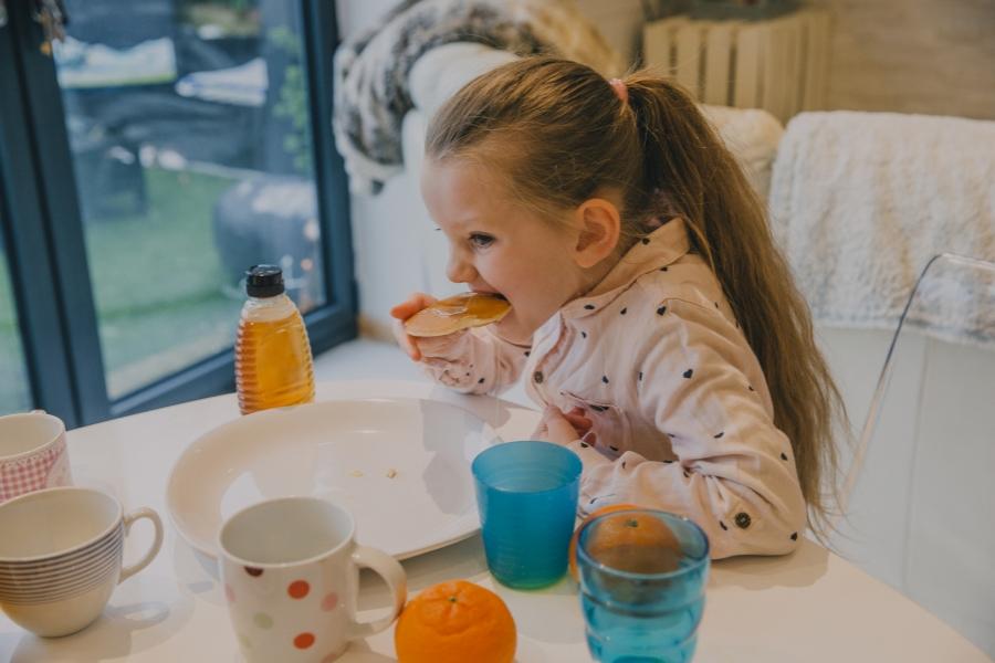 Fetita la micul dejun