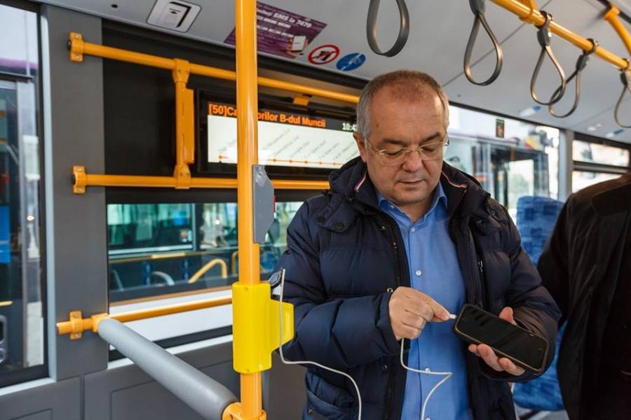 Emil Boc în autobuz