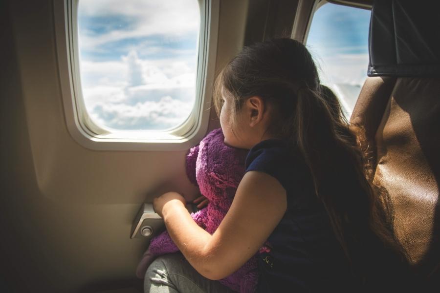 Fetiță în avion