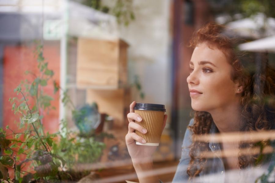 Femeie, cafea