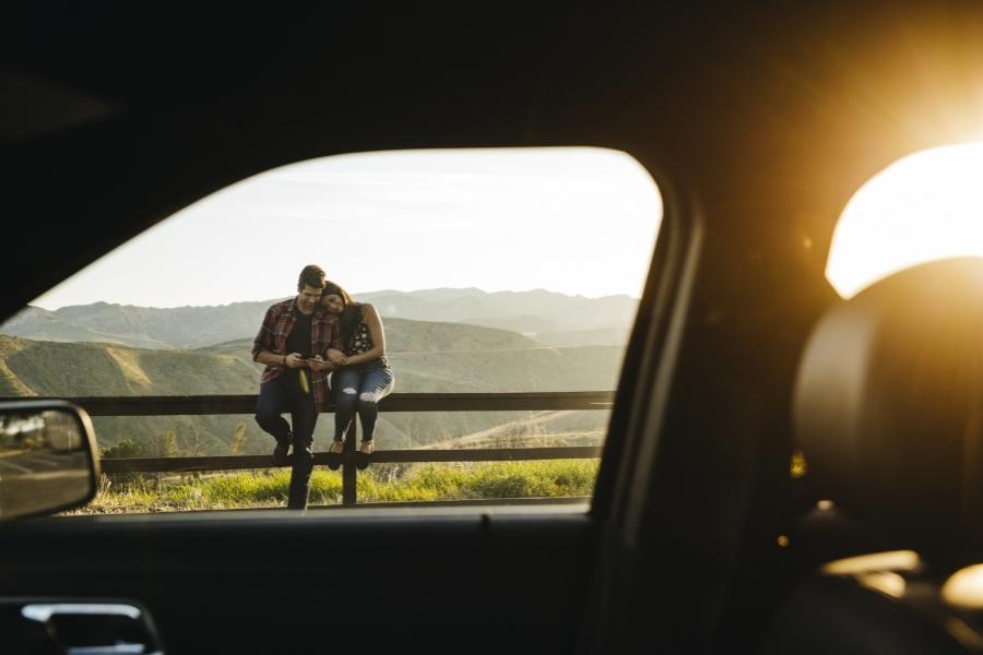 Cuplu lângă mașină