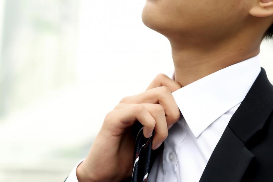 Tânăr cravată