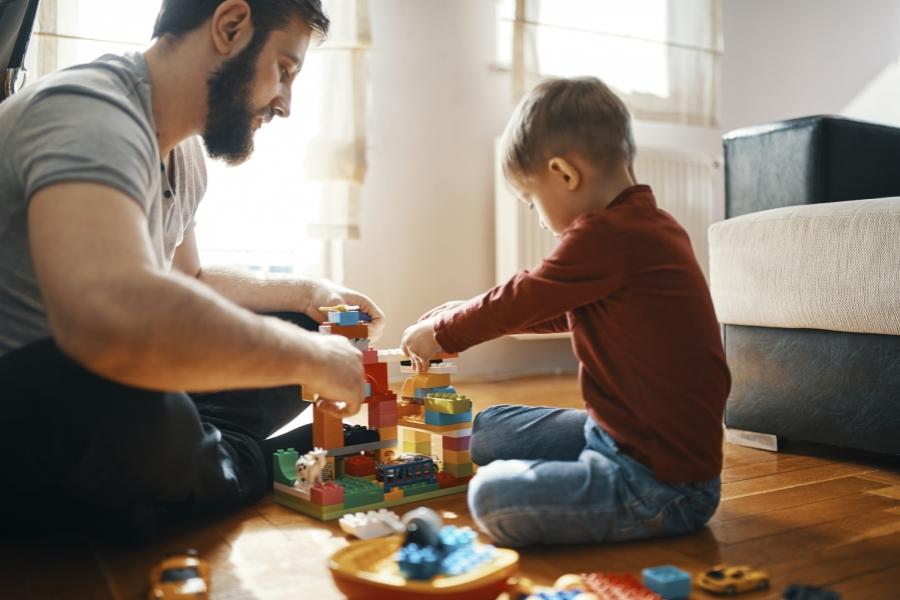 Tată, jucându-se cu fiul său