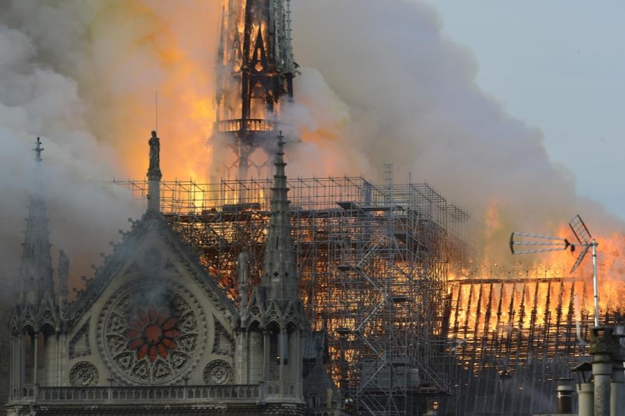 Notre Dame în flăcări