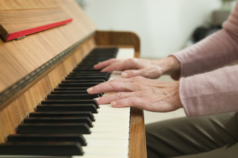 Femeie la pian