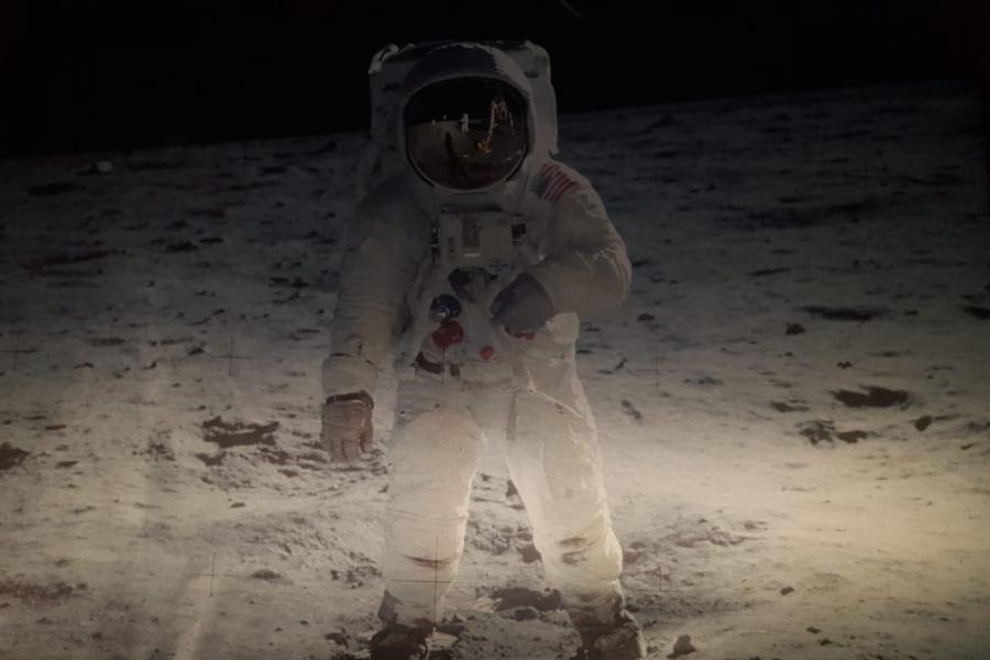 Om pe Lună