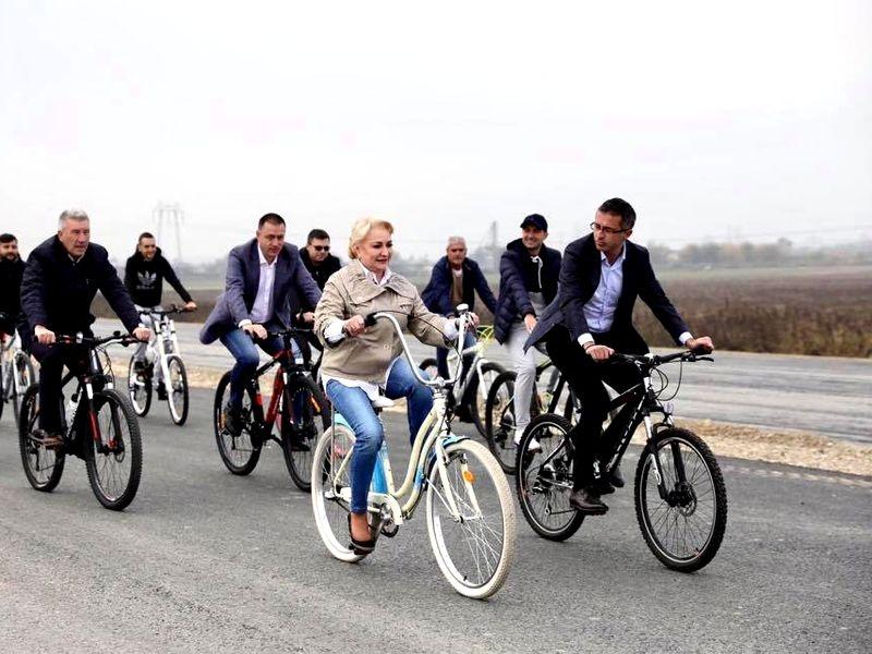 Viorica Dăncilă pe bicicletă