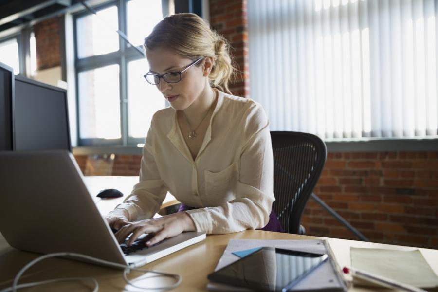 femeie la laptop