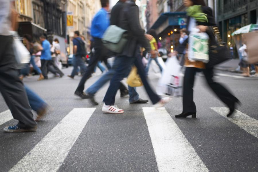 oameni pe strada grabiti