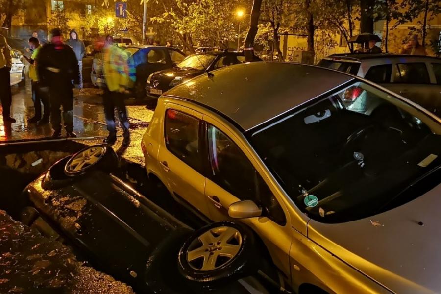 Mașini căzute în groapă