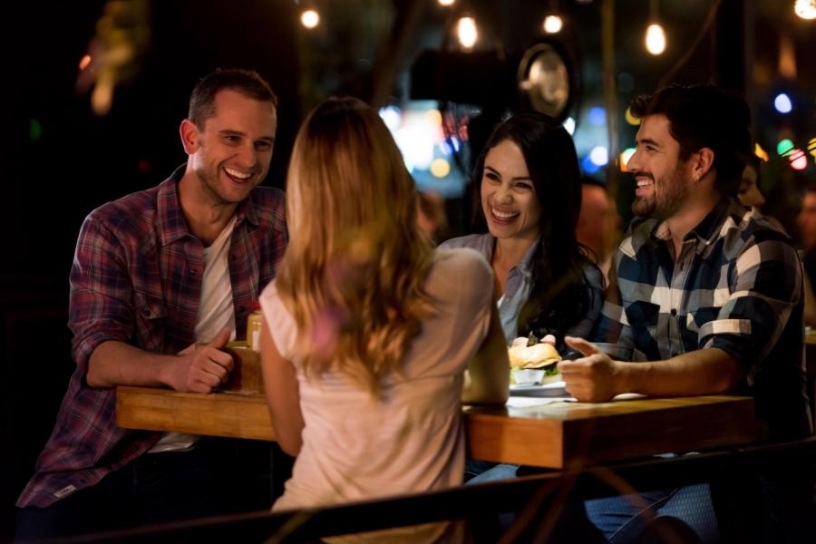 Tineri discuta într-un pub