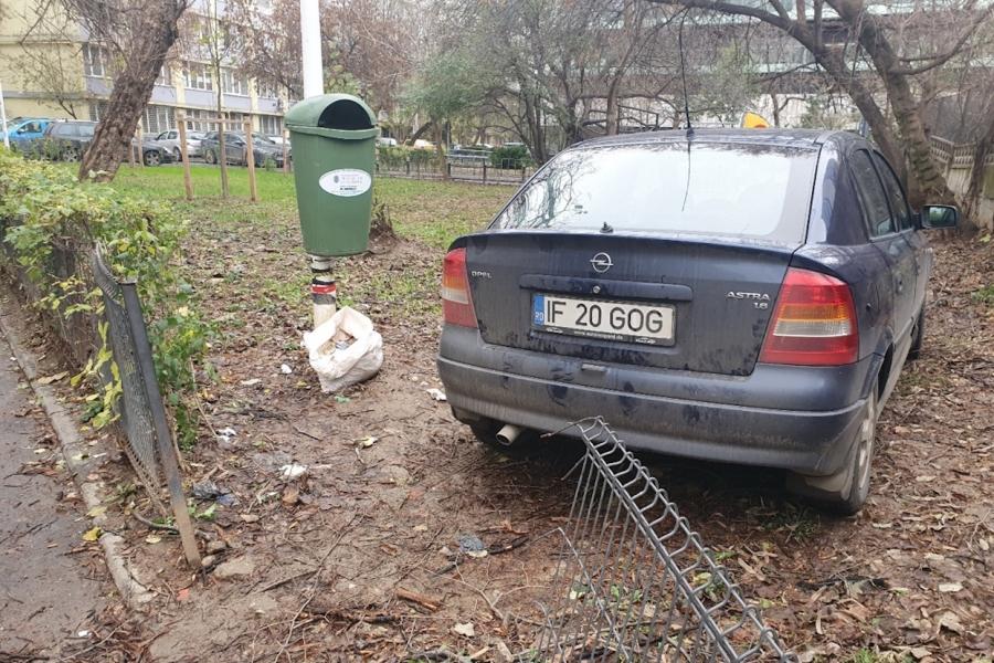 Mașină parcată în parc