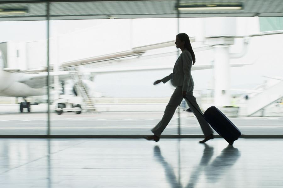 Femeie în aeroport