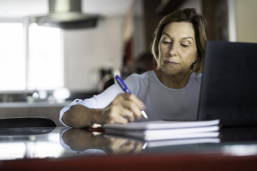 Pensionară lucrând