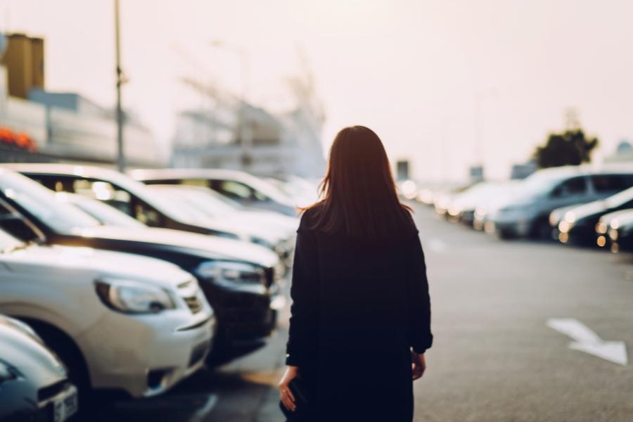 Femeie în parcare