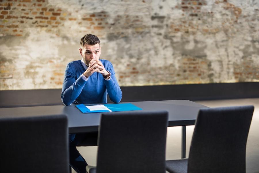 Tânăr la interviul de angajare