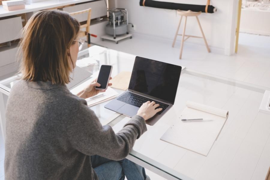 antreprenor - laptop - telefon