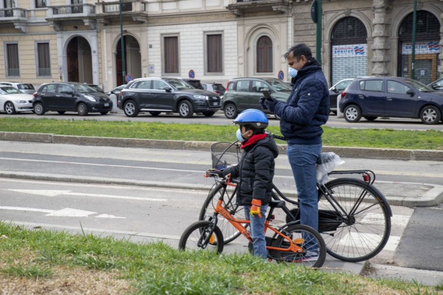 Tată și fiu cu mască în Italia