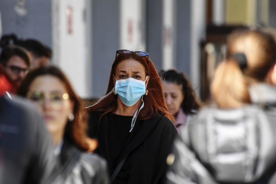 Femeie cu mască, coronavirus
