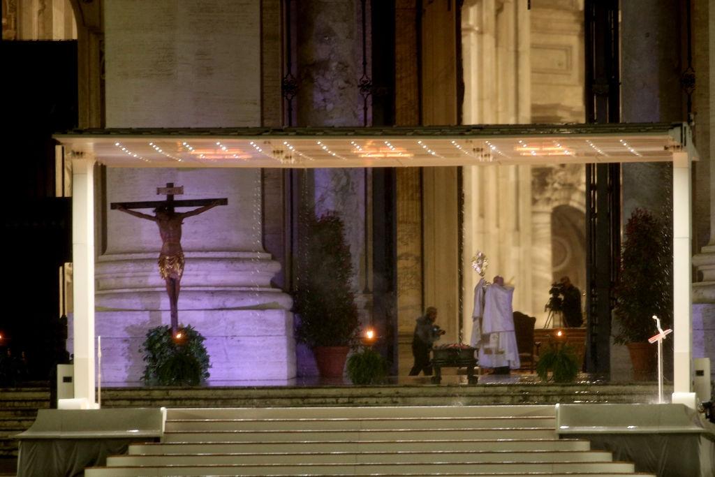 Papa binecuvântează omenirea cu piața pustie