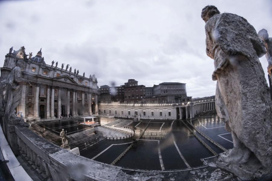Papa binecuvântează omenirea cu piața goală