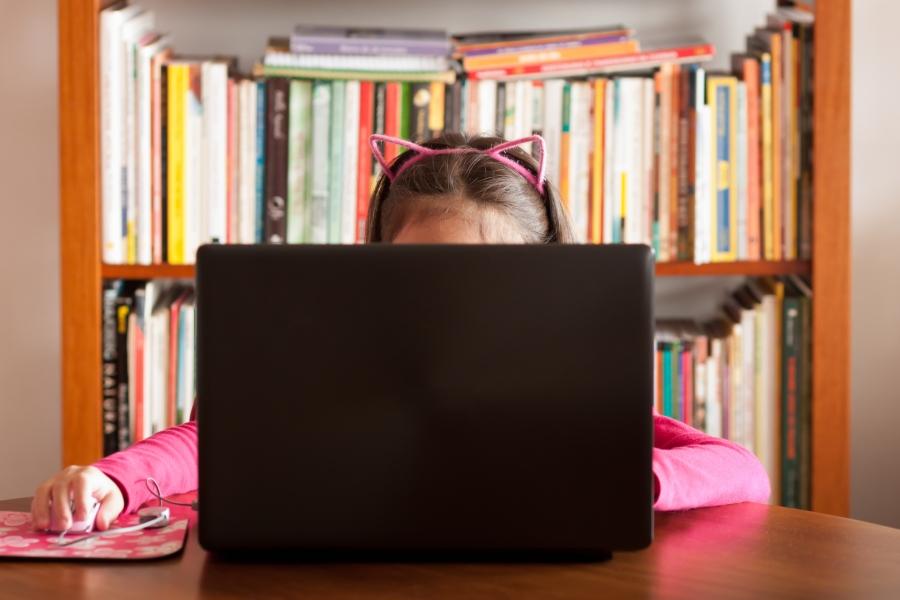 Fetiță cu laptop
