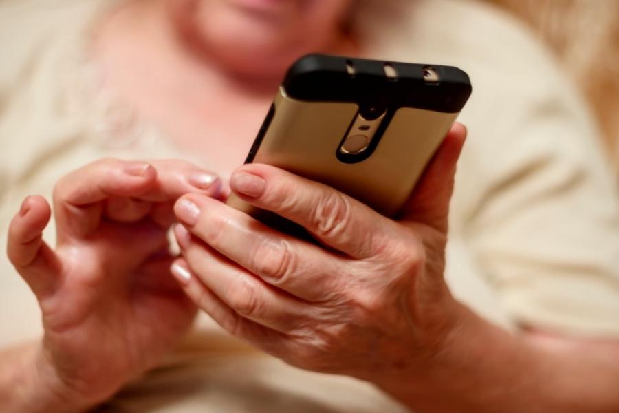 bunica - telefon - Foto Emma Grimberg / Alamy / Alamy / Profimedia