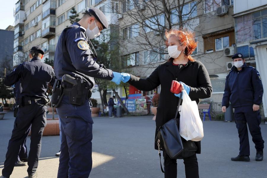 Polițiști verifică documente