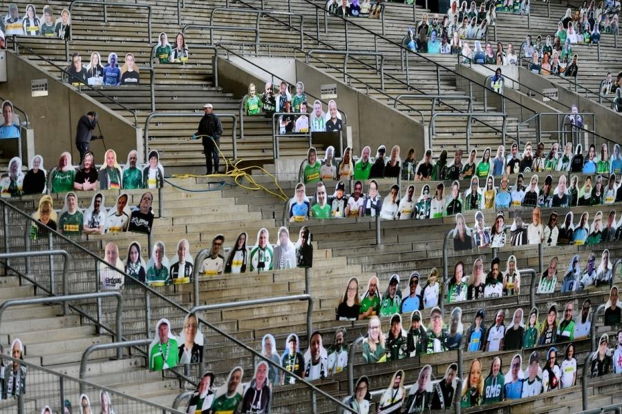 Oameni pe stadion, covid