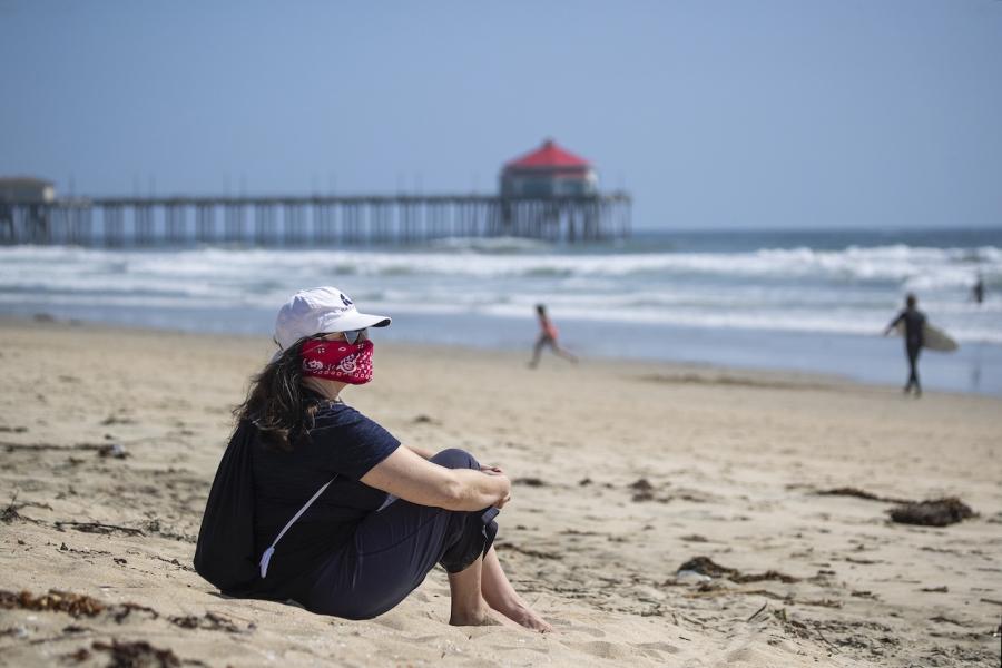 Femeie cu mască plajă