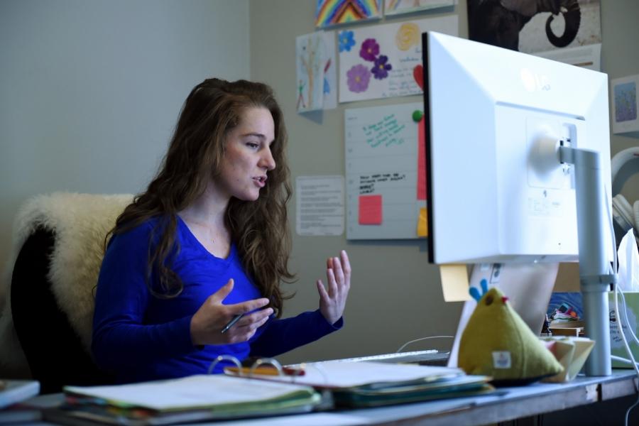 Profesoară care predă la distanță