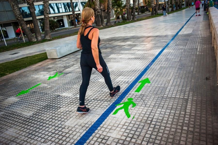 oameni pe strada - sens de mers - Foto Jesus Merida/SOPA Images / Shutterstock Editorial / Profimedia)