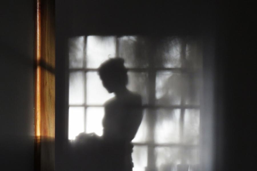 Femeie în dreptul ferestrei