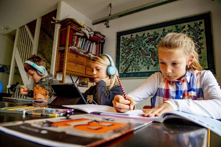 elevi - predare la distanta - Foto Robin Utrecht / Sipa Press / Profimedia)