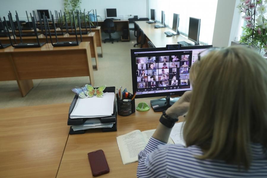 Școala online, profesoară