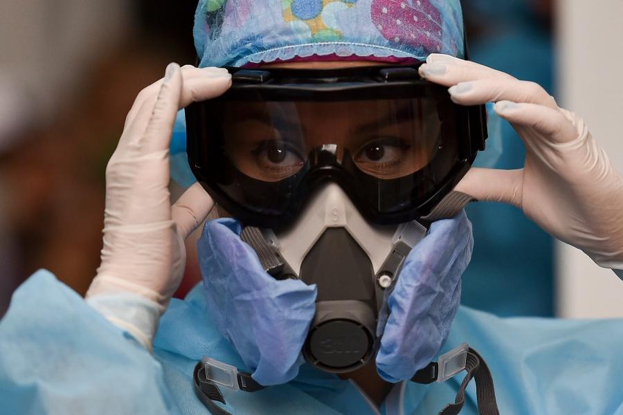 Medic în costum de protecție