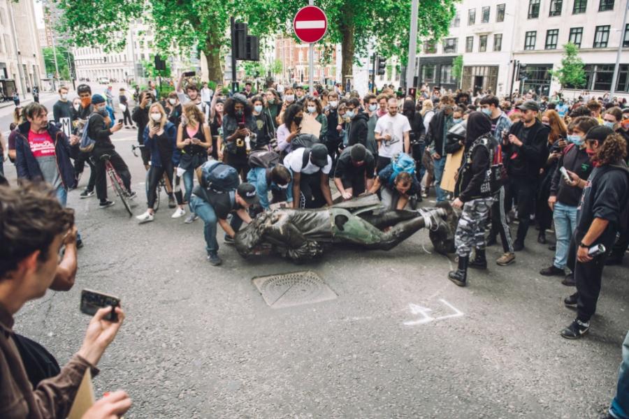 Manifestanții din Bristol s-au luptat cu o statuie
